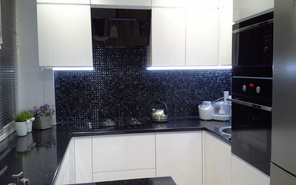 Szklana Mozaika Czarna Ice – nad kuchennym blatem