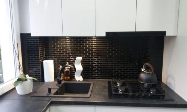 Mozaika szklana czarna cegiełka w kuchni